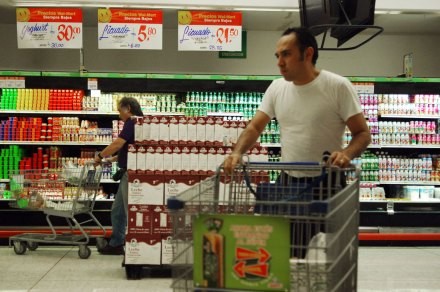 Un hombre de compras en un supermercado de la ciudad de México. Foto: Eduardo Miranda