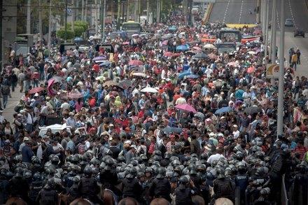 Maestros de la CNTE bloquean uno de los accesos al aeropuerto. Foto: Xinhua / Alejandro Ayala