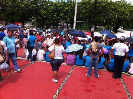 Maestros durante el mitin en Cancún. Foto: Tomada de Twitter @marivelez85