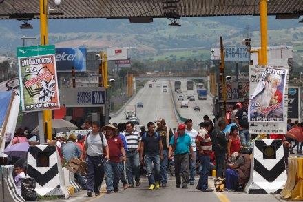 Maestros de la CNTE toman la caseta México-Puebla. Foto: Hugo Cruz