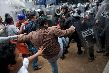 Maestros enfrentan a policías en el DF. Foto: Octavio Gómez