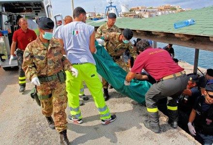 El rescate de los cuerpos en Italia. Foto: Xinhua