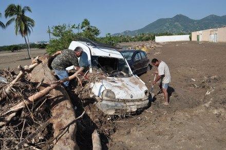 """La reconstrucción tras el paso de """"Manuel"""" en Acapulco, Guerrero. Foto: Claudio Vargas"""