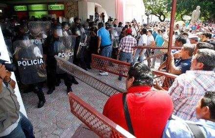 Maestros se enfrentan con policías en Cancún. Foto: Especial
