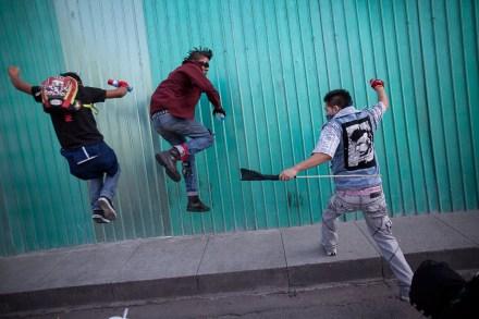 Anarquistas y policías se enfrentan a 45 años de la matanza de Tlatelolco. Foto: Alejandro Saldívar