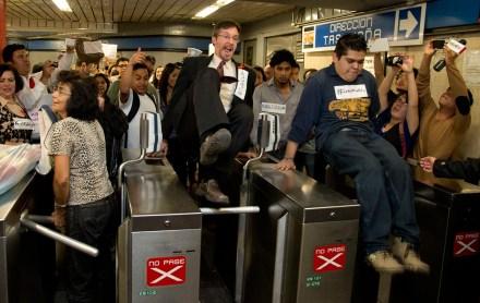 #PosMeSalto. John Ackerman se une a protesta contra aumento en la tarifa del Metro. Foto: AP / Eduardo Verdugo