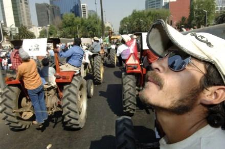 Protesta de campesinos contra el TLC. Foto: Miguel Dimayuga