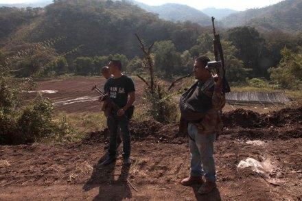 Autodefensas patrullan Aguililla después de un enfrentamiento con Templarios. Foto: Miguel Dimayuga