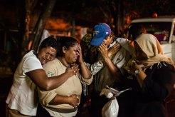 Familiares de una trabajadora sexual lloran tras enterarse de su asesinato. Foto: Edu Ponces