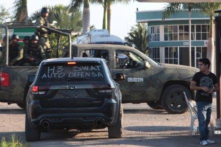 Autodefensas y militares en Tepalcatepec, Michoacán. Foto: Miguel Dimayuga
