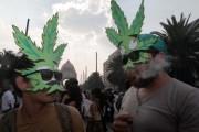 Dos jóvenes fuman mariguana en una protesta para exigir su legalización. Foto: Germán Canseco