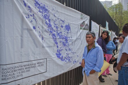 Un mapa de las mineras tóxicas durante una protesta en el Senado. Foto: Octavio Gómez