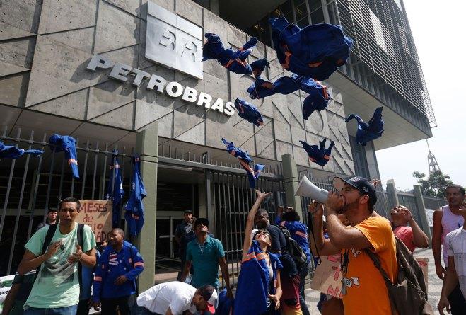 Trabajadores de Petrobras exigen pago de salarios en Brasil. Foto: AP