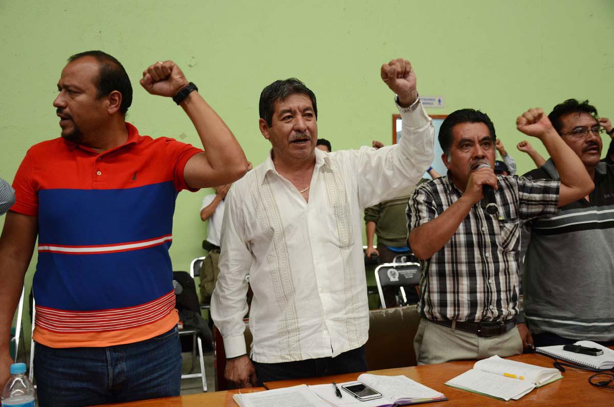 El secretario de la Sección 22 de la CNTE, Rubén Núñez (al centro). Foto: Jesús Cruz