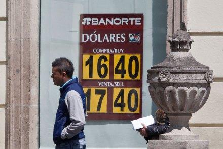 El precio del dólar en una sucursal bancaria del DF. Foto: Eduardo Miranda