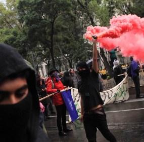 Encapuchados prenden bombas de humo a un año del caso Ayotzinapa. Foto: Eduardo Miranda