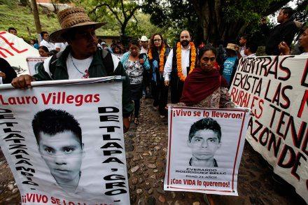 Integrantes de la CIDH se reúnen con padres de los normalistas de Ayotzinapa. Foto: Germán Canseco
