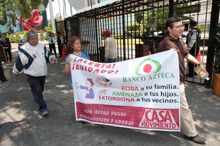 Una protesta contra Banco Azteca en la Ciudad de México. Foto: Miguel Dimayuga