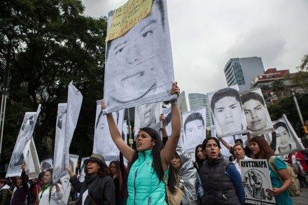 Activistas marchan a un año de la desaparición de los 43 normalistas de Ayotzinapa. Foto: Octavio Gómez