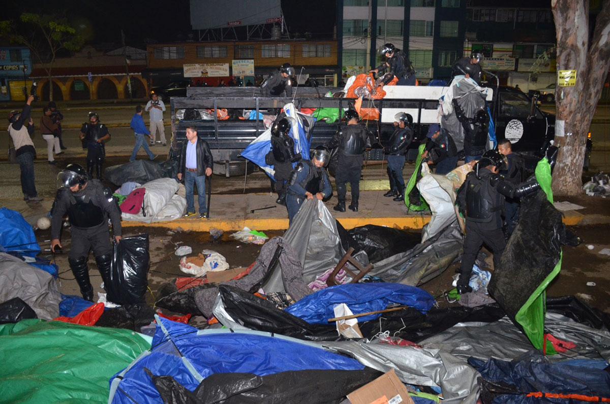 Policías desalojan el plantón magisterial afuera del IEEPO. Foto: Jesús Cruz