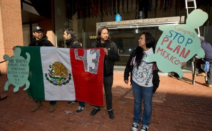 Activistas protestan en la sede de la OEA en Washington. Foto: AP / Manuel Balce Ceneta