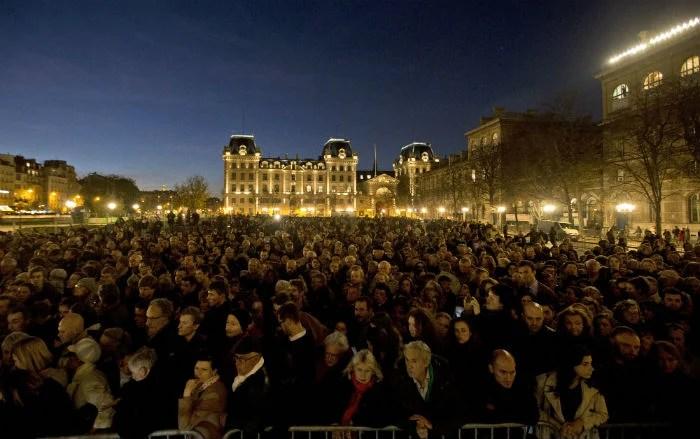 Ciudadanos realizan un homenaje a las víctimas del ataque terrorista, en la catedral de Notre Dame en París. Foto: AP