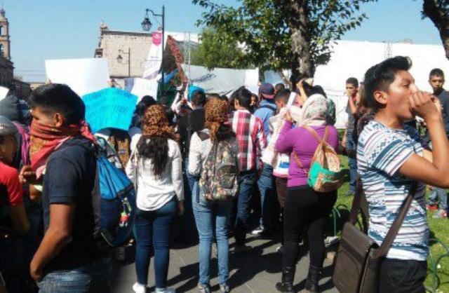 Protesta de normalistas en Morelia. Foto: Especial