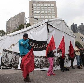 Familiares de los 43 instalan plantón cerca de Los Pinos. Foto: Miguel Dimayuga