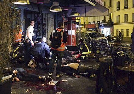 Víctimas afuera del restaurante La Belle Equipe, en París. Foto: AP
