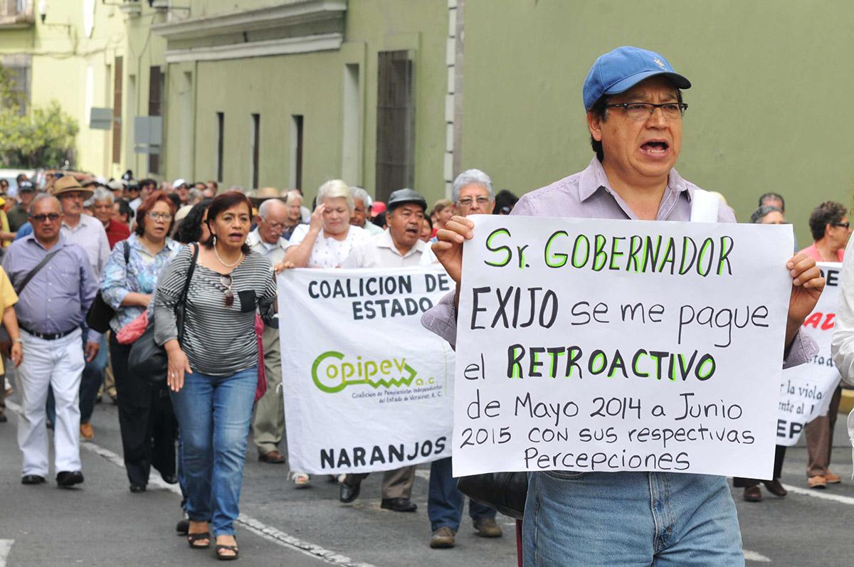 Pensionados protestan contra Duarte en Xalapa. Foto: Miguel Ángel Carmona