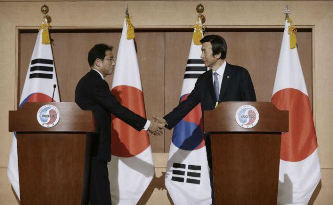 El ministro de Relaciones Exteriores de Corea del Sur, Yun Byung-se (derecha), estrecha la mano de su homólogo japonés Fumio Kishida después de su conferencia de prensa conjunta en el Ministerio de Relaciones Exteriores en Seúl. Foto: AP