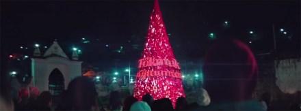 """""""Permanezcamos unidos"""", el mensaje en mixe en el árbol navideño de Coca-Cola."""