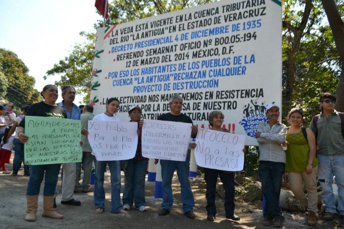 Pobladores de municipios cercanos a la cuenca del Río Pescados, en Veracruz, protestan por el proyecto de hidroeléctrica, que el consorcio trasnacional Odebrecht pretende construir en la zona. Foto: Yerania Rolón