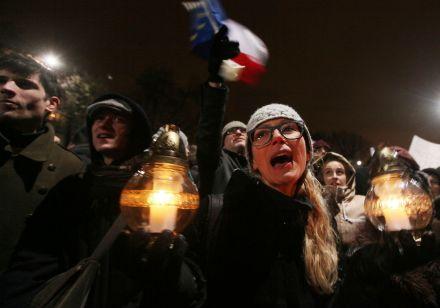 Manifestantes contra las politicas de Jaroslaw Kaczynski. Foto: AP / Czarek Sokolowski