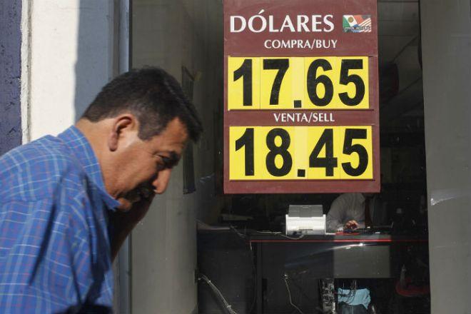 Cotización del dólar en bancos. Foto: Germán Canseco