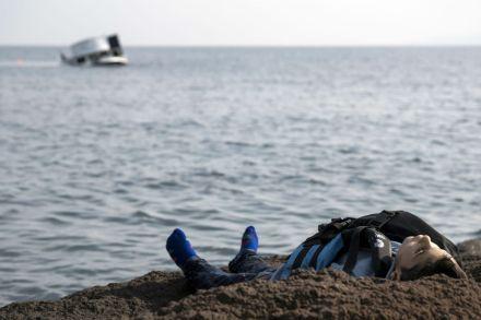 El cuerpo de un niño migrante en la playa turca. Foto: AP / Halit Onur Sandal
