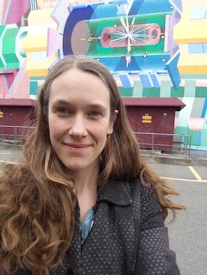 Sara Strandberg framför byggnaden i vilken ATLAS-experimentets kontrollrum finns! Själva detektorn befinner sig ca 100 m under huset!