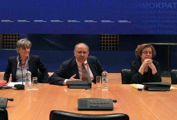 Ο αναπληρωτής υπουργός Πολιτισμού Νίκος Ξυδάκης (3Δ), η ΓΓ ΥΠΟΠΑΙΘ Μαρία Βλαζάκη (2Δ), η πρόεδρος του ΤΑΠ Ασπασία Λούβη (3Α), ο αντιπρόεδρος του ΤΑΠ Βασίλης Μπορνόβας (Δ), και τα μέλη του ΔΣ του ΤΑΠ Παναγιώτης Ροτζιώκος (Α) και Γιώργος Καρλόπουλος (2Α) σε συνέντευξη τύπου για τις δραστηριότητες του ΤΑΠ στο Υπουργείο Πολιτισμού, Αθήνα, την Πέμπτη 16 Απριλίου 2015. ΑΠΕ-ΜΠΕ/ΑΠΕ-ΜΠΕ/ΣΥΜΕΛΑ ΠΑΝΤΖΑΡΤΖΗ