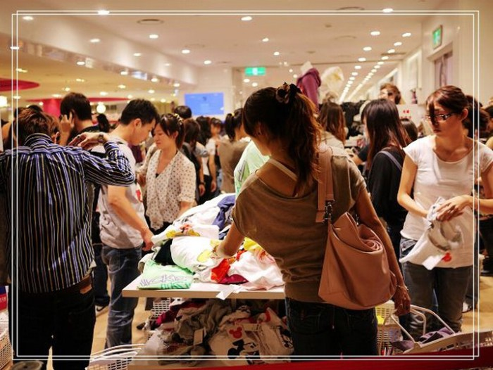 UNIQLO Taipei Taiwan store grand opening crowd line Japanese casual clothing retailer