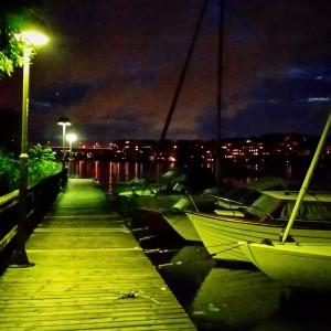 Båthamn i mörker.