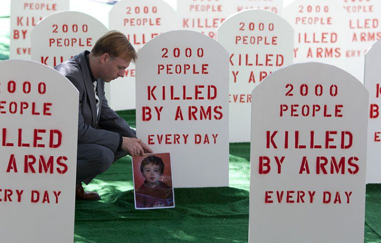 800px-2000_people_killed_by_arms_every_day