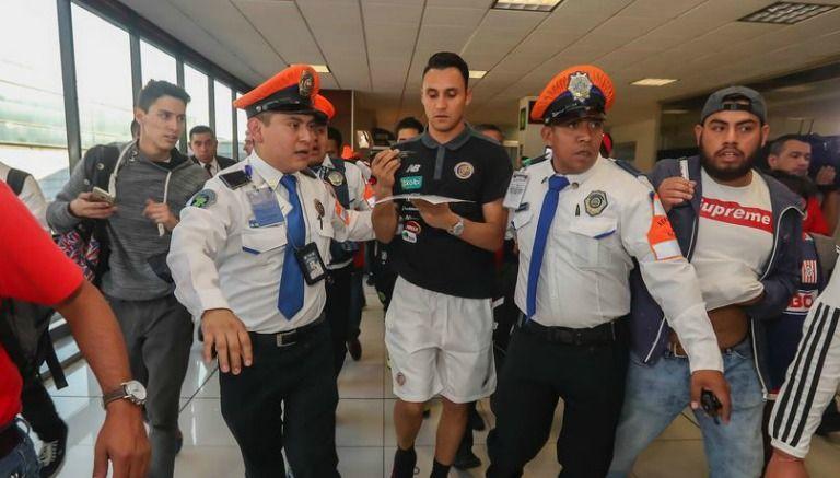 México Keylor Navas en aeropuerto internacional. Foto Ricardo Flores.record.com