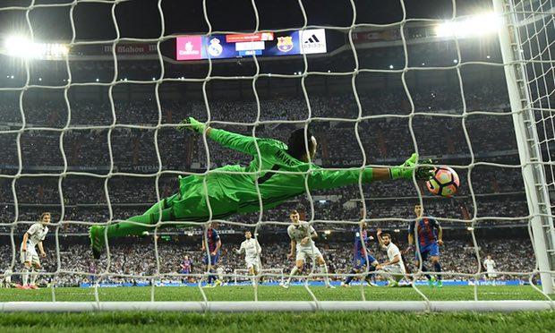 Keylor Navas. El gol imposible de atajar en el segundo final Getty Images.theguardian.com