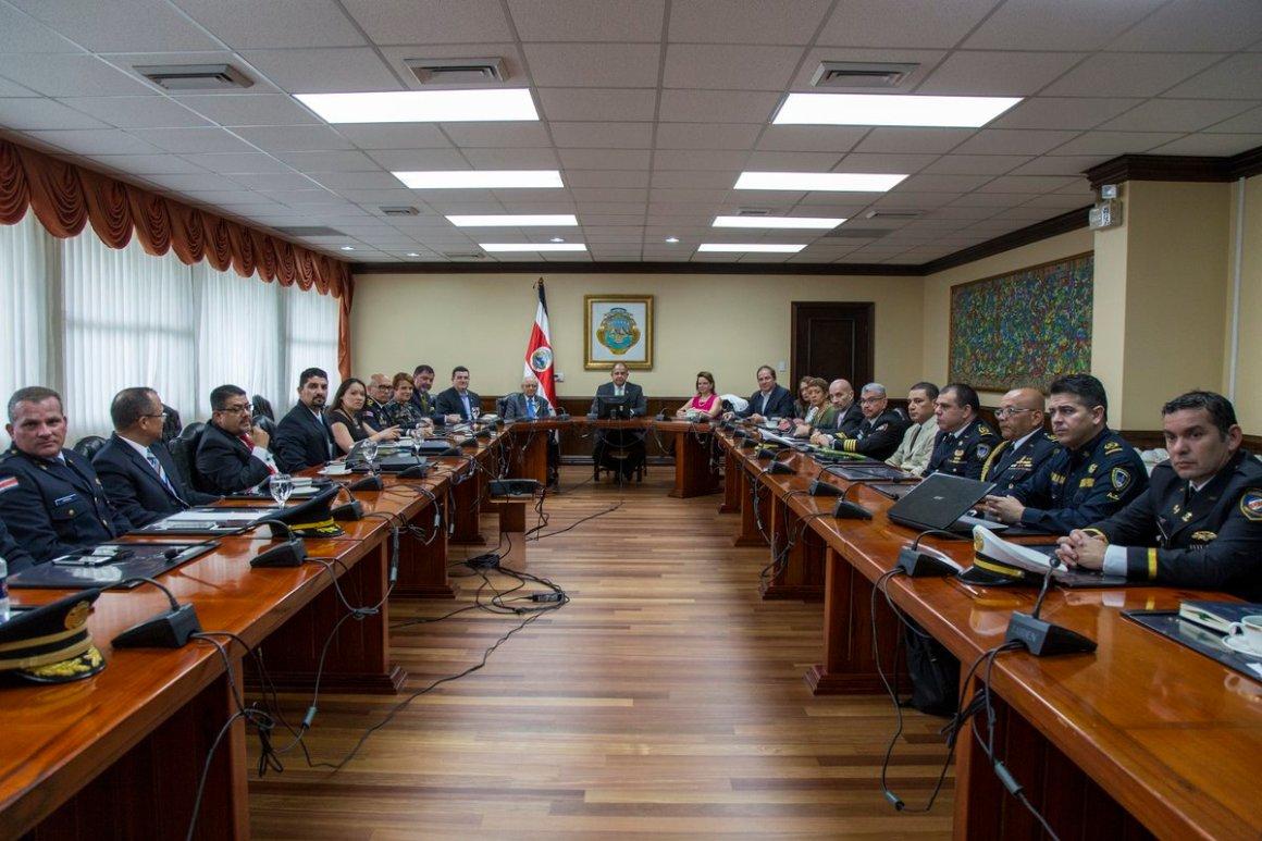 Presidente Solís jefes policiales Casa Presidencial. Foto Twitter