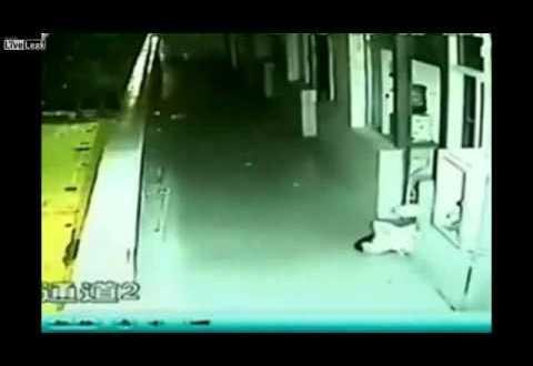 فيديو: شاب يزحف وهو نائم .. ويرمي نفسه من العمارة