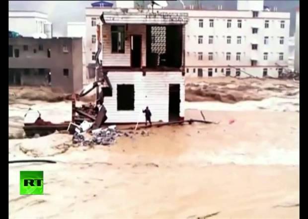فيديو: صينى محظوظ يخرج من منزله قبل ثوانٍ من انهياره