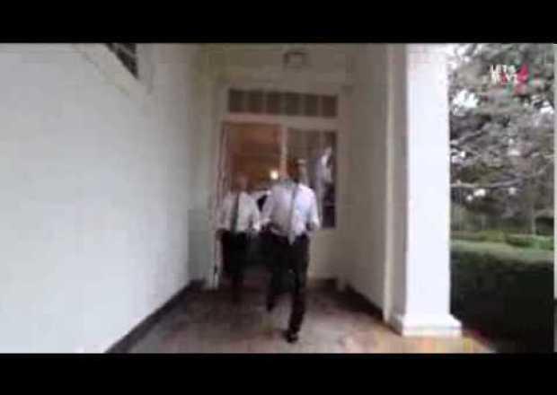 فيديو: اوباما ونائب الرئيس الامريكي يجريان في البيت الابيض بطلب من زوجته ميشيل
