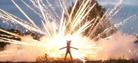 فيديو: شاب يصنع لنفسه بدلة حديدية ليشاهد الألعاب النارية عن قرب !