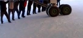 فيديو : ركاب طائرة ينزلون ودفعون الطائرة وعجلاتها !!