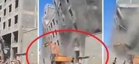 شاهد : حفّار يهدم مبنى متعدد الطوابق على العمال بثانيه واحده !